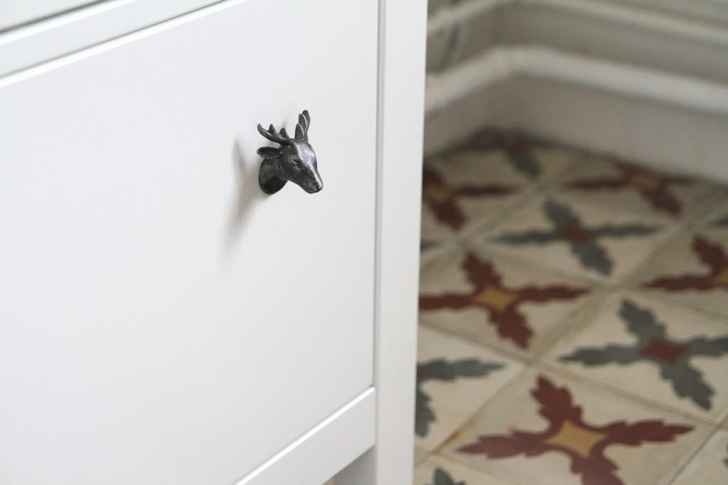 D corer un meuble de salle de bain basique boutons - Decorer salle de bain ...